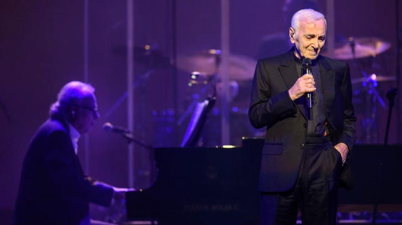 Aznavour persiste et signe