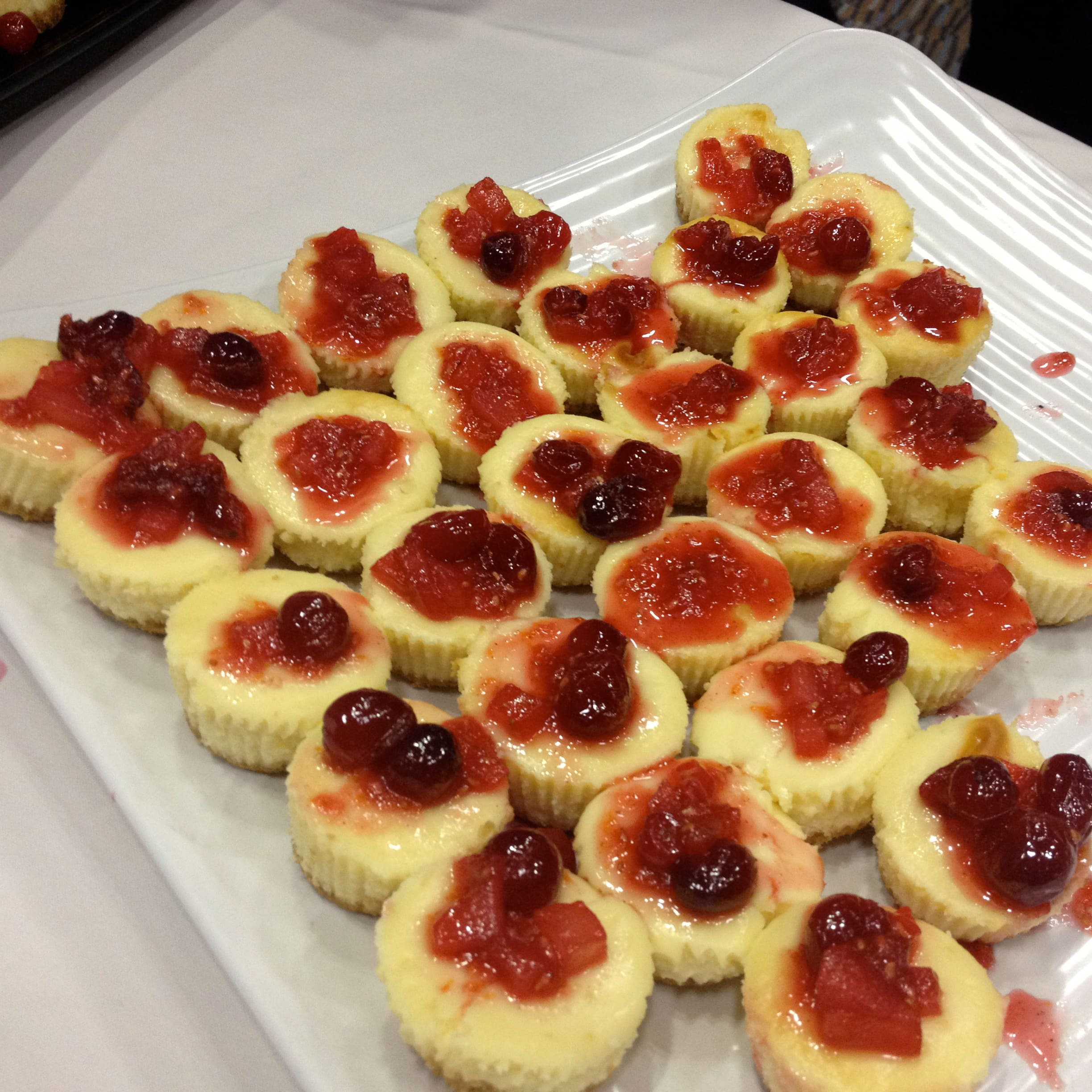 Mini cheesecakes with preserves