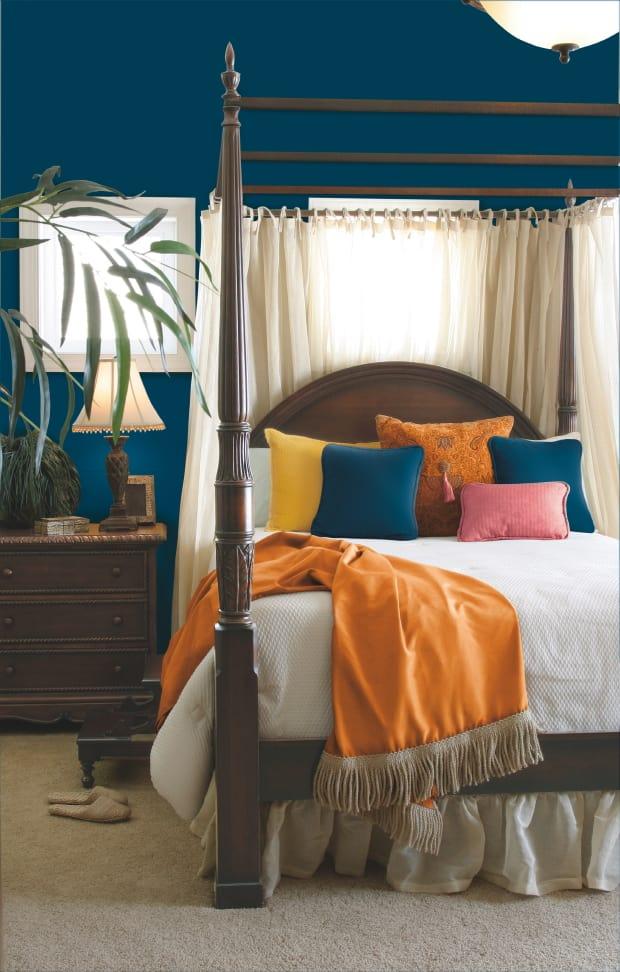 Vivid teal bedroom paint Para
