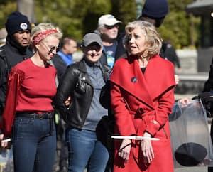 Avec son manteau rouge, l'actrice et activiste Jane Fonda a été arrêtée plusieurs fois en 2019, comme ici, à Washington, en octobre, lors de manifestations pour protester contre l'immobilisme des responsables politiques face aux dangers du changement climatique.