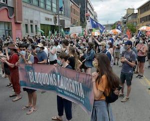 Quelques centaines de manifestants ont demandé au député fédéral Jean-Yves Duclos de leur donner son appui lors de la marche Bloquons Laurentia, samedi, à Québec.