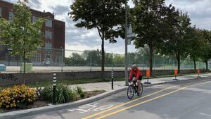 Malgré le panneau de détour aux abords de la 6e Avenue, des cyclistes s'aventuraient quand même sur la piste cyclable du Réseau express vélo (REV) sur la rue de Bellechasse le 16 septembre, face à l'école Nesbitt dans Rosemont, à Montréal.
