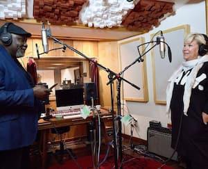 Lulu Hughes et Maka Kotto lors de l'enregistrement d'une reprise de la chanson «What a Wonderful World».