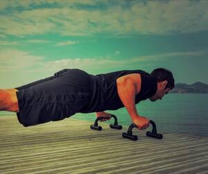 Jeune homme faisant de l'exercice de musculation sur un ponton