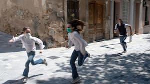 Joan, 45 ans, et ses filles Ines, 11 ans, et Mar, 9 ans, jouent enfin dans les rues de Barcelone le 26 avril 2020.
