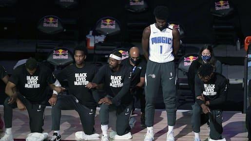 NBA: un 1er joueur reste debout pendant l'hymne