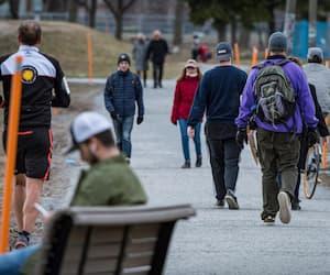 Des gens marchent au parc Jarry pendant la pandémie de coronavirus (COVID-19), à Montréal, le mercredi 8 avril 2020.