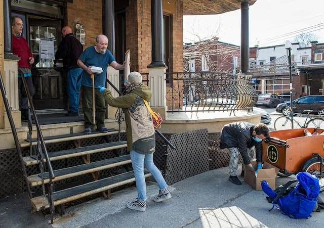 Christian Houle et Mira Molirani distribuent des repas.