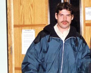 Martin Lussier, en 2004, lors d'un de ses précédents passages à la cour, alors qu'il était accusé d'avoir violé une employée de dépanneur dans un frigo à bière.