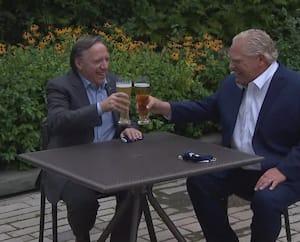 Les premiers ministres François Legault et Doug Ford ont soulevé un tollé sur les réseaux sociaux après avoir trinqué lors de leur sommet à Mississauga, mardi.