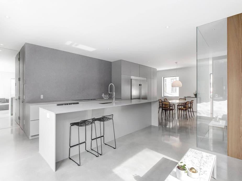 Une maison moderne entièrement rénovée où règne un jardin intérieur | Salut Bonjour
