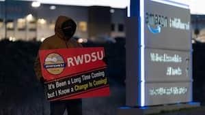 Un employé tenant une pancarte encourageant à voter «pour» la syndicalisationà l'extérieur de l'entrepôt d'Amazon à Bessemer en Alabama, le 29 mars 2021.Le vote du «non»a finalement sorti vainqueur.