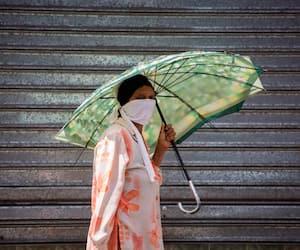 Cette femme porte un masque de façon préventive contre la COVID-19 alors qu'elle se déplace dans les rues de La Romana, en République dominicaine.