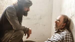 Depuis que Saul (Mandy Patinkin) est entre les mains du chef des talibans (Numan Acar), sa vie ne tient qu'à un fil.