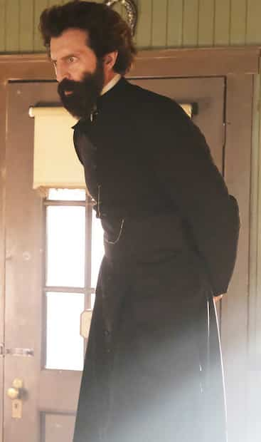 Le curé Caron (David La Haye) oublie ses devoirs d'homme d'Église et se révolte contre l'autorité.