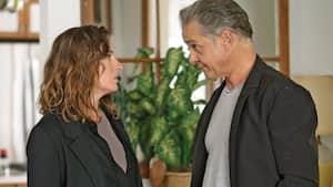 Véronique (Pascale Bussières) ne se doute pas de ce qu'Alain (Bernard Fortin) s'apprête à lui annoncer.