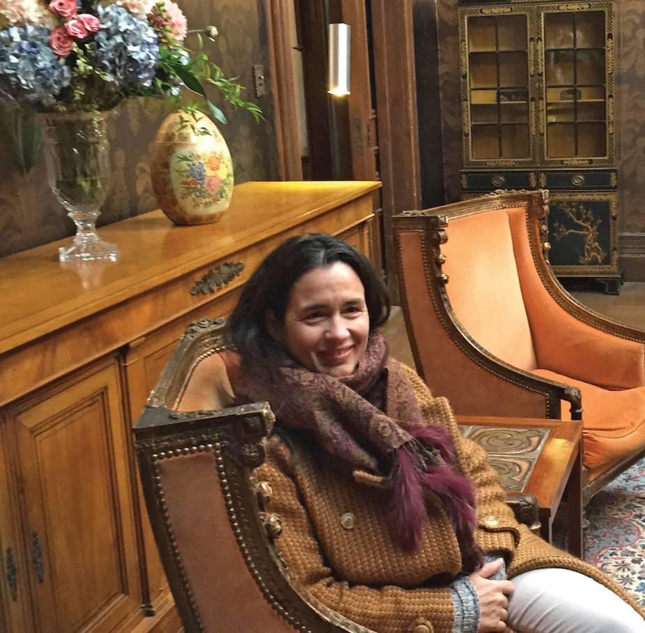 Elisabeth Williams, directrice artistique ; Sur le plateau de La servante écarlate, dans le bureau du commandant Lawrence.