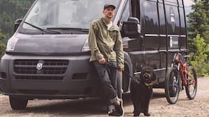 Dominic Arpin a passé l'été à sillonner les routes à bord de son véhicule récréatif afin de nous offrir Van aventure.