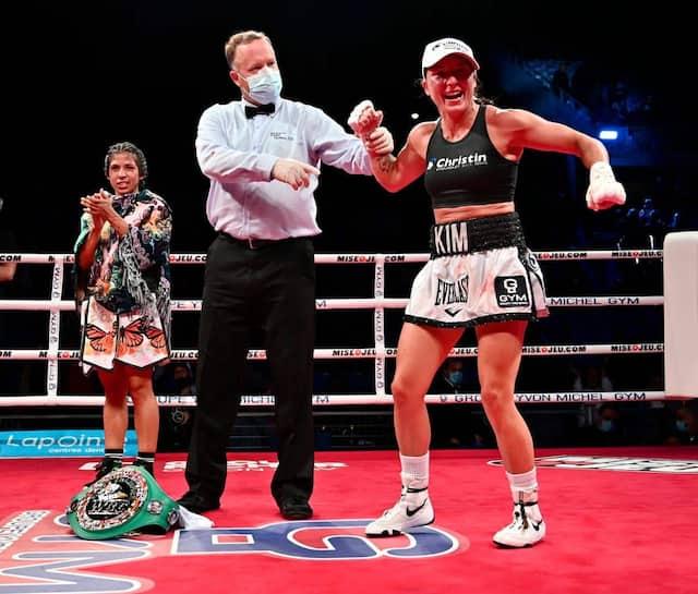 Kim Clavel explose de joie à la confirmation de sa victoire aux dépens de Maria Soledad Vargas.