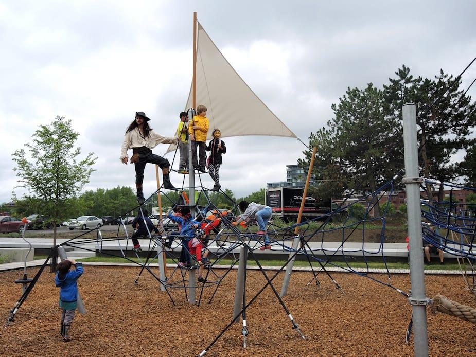 Le premier de six parcs pour enfants a été inauguré dans Griffintown dimanche le 10 juillet. Environ 400 familles habitent ce quartier. Des animations de pirates ont permis aux enfants de jouer dans les nouveaux modules du parc.