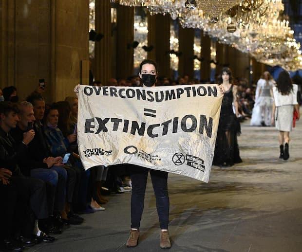 Image principale de l'article Un défilé interrompu par des militants écolos