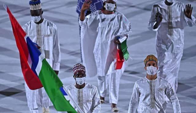 Les athlètes de la Gambie à leur arrivée à la cérémonie d'ouverture.