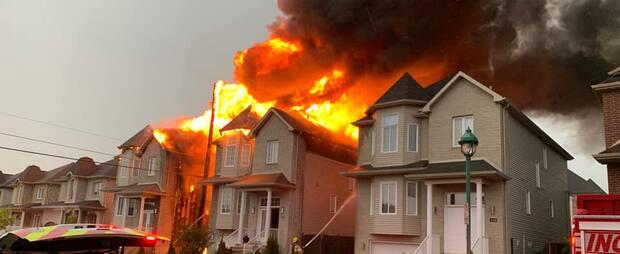 Image principale de l'article Deux maisons partent en fumée à cause de la foudre