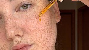 Image principale de l'article Voici la bonne façon d'utiliser une huile faciale