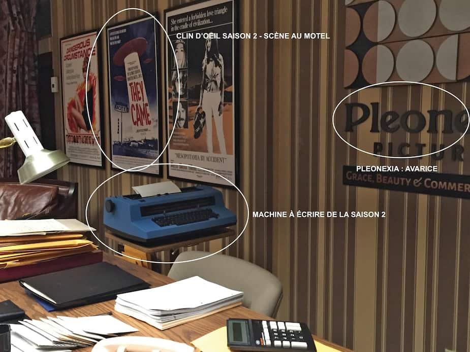 Dans Fargo, l'équipe s'est amusée à ajouter des «clins d'œil» au décor. Dans ce bureau vu dans la troisième saison, l'affiche du film They Came et la machine à écrire font référence à la deuxième saison de la série. Quant au nom de la compagnie, Pleonexia Pictures (qu'on ne voit pas entièrement sur la photo), c'est une allusion à l'appât du gain (pleonexia, «pléonexie» en français, désigne le désir d'avoir plus que les autres en toute chose).