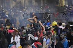 À Marseille, des milliers de personnes font fi des restrictions anti-COVID-19 pour le carnaval