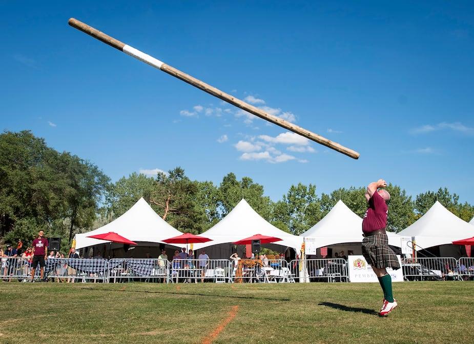 Des athlètes ont participé au lancer du tronc de 22 pieds lors des Jeux écossais de Montréal.
