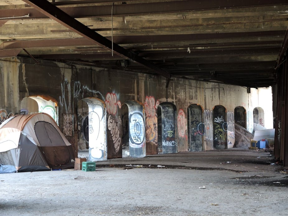 Quelqu'un semble avoir élu domicile sous les viaducs du CNdans Griffintown. Des sacs de plastique, des boîtes de conserve, des emballages de préservatifs et des dizaines d'excréments jonchent les lieux.