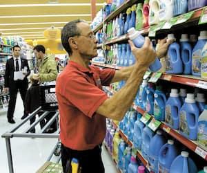 Même si la pandémie n'est pas terminée, plusieurs chaînes d'épiceries jugent que le retour progressif à la normale justifie la fin de la prime de 2$ qui était offerte à des milliers de leurs travailleurs.
