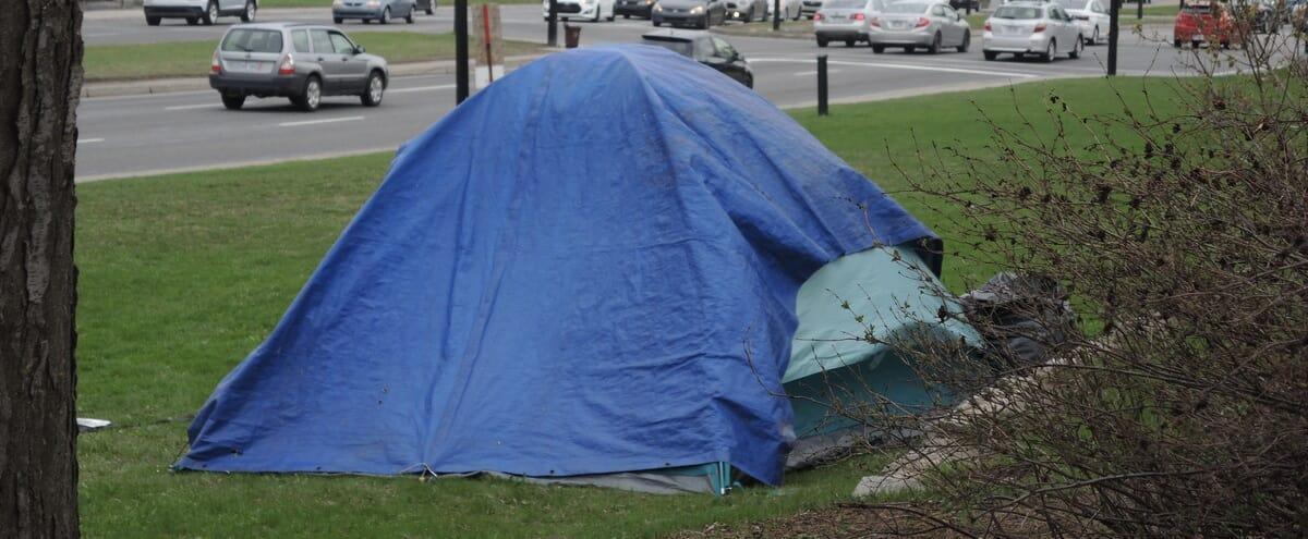 Une première tente fait son apparition au campement Notre-Dame