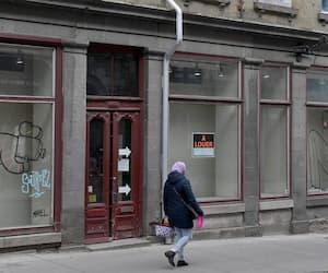 De nombreuses vitrines d'anciens restaurants ou commerces sont tapissées de papier sur la rue Saint-Jean, dans le Vieux-Québec, laissant des trous bien visibles dans la trame commerciale.