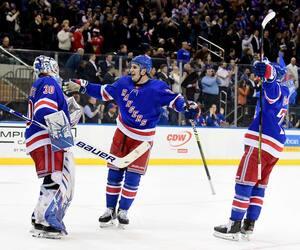 Henrik Lundqvist célèbre sa 454e victoire en carrière avec ses coéquipiers des Rangers de New York