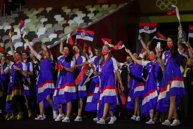 La délégation de la Serbie apparait dans le Stade.