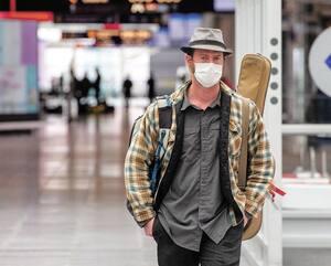 Des changements majeurs sont à venir dans les aéroports concernant les mesures sanitaires. À l'aéroport Pierre-Elliott Trudeau, plusieurs voyageurs portent des masques de protection.