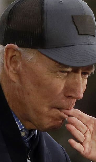 Image principale de l'article Joe Biden qui mord le doigt de sa femme