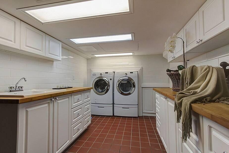 Non, ce n'est pas une cuisine, mais bien une salle de lavage!