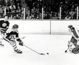 Bobby Orr est devenu le premier défenseur de la LNH à inscrire 30 buts en une saison, en 1970.