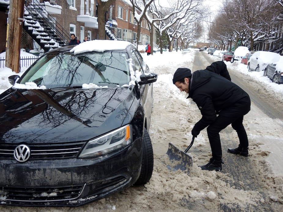 Louis Comptois avait du mal à sortir sa voiture de la croute de neige glacée.
