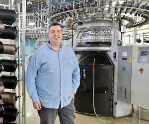 Maxime Thériault, président de Tricots Maxime, souhaite que le Québec adopte l'achat local pour l'approvisionnement d'équipement sanitaire afin de garantir un niveau d'activités aux entreprises d'ici qui ont développé une expertise pendant la crise.