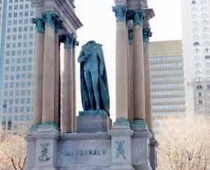 En 1992, des militants qui se réclament du FLQ ont décapité la statue de Macdonald le jour de la commémoration de la pendaison du chef métis Louis Riel.
