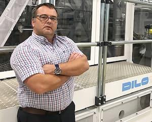 François Pépin, le DG de Soleno Textile, devant la nouvelle ligne de fabrication de textile non tissé dont l'installation n'est pas terminée. Les travailleurs étrangers qualifiés d'une compagnie allemande et d'une entreprise italienne doivent revenir au Québec pour finaliser l'installation et procéder à son démarrage. M. Pépin ne comprend pas l'absence de soutien à son entreprise.