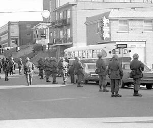 Le 3 décembre 1970, l'armée canadienne encercle l'appartement sur l'avenue des Récollets, à Montréal-Nord, où se terrait la cellule Libération qui a enlevé James Richard Cross. À gauche, James Richard Cross à la une du Journal de Québec du 6 octobre 1970.
