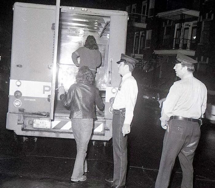 La nuit du 16 octobre 1970, le premier ministre du Canada Pierre Elliott Trudeau fait proclamer la Loi sur les mesures de guerre, qui suspend les libertés civiles. Environ 8000 soldats de l'armée sont déployés à Montréal et 500 personnes sont arrêtées.