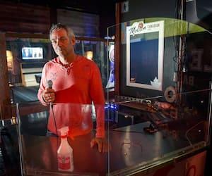 Le bar Sport Vegas a pour le moment arrêté ses soirées karaoké. Sur la photo, le propriétaire, Martin Deschamps, jeudi.