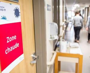 Des syndicats de santé reprochent à des établissements de faire appel à des agences externes et de tolérer les mouvements de personnel, malgré les risques potentiels de contagion.