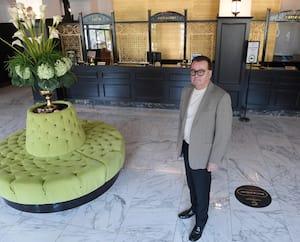 Le copropriétaire de l'hôtel Clarendon, Michel Côté, se désole de voir son établissement aussi peu achalandé.